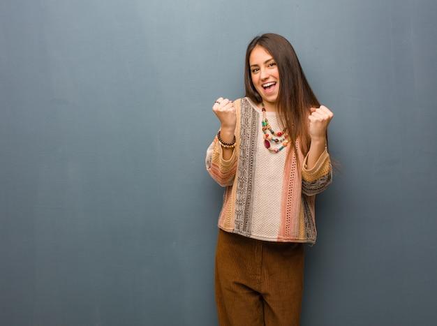 Junge hippiefrau überrascht und entsetzt