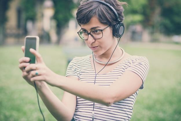 Junge hipster frau musik selfie hören