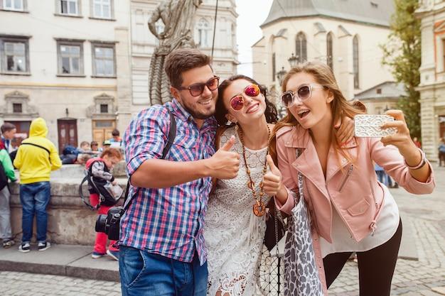 Junge hipster-freunde, die fotos machen