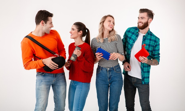 Junge hipster-gesellschaft von freunden, die spaß zusammen lächelnd musik auf drahtlosen lautsprechern hörend haben