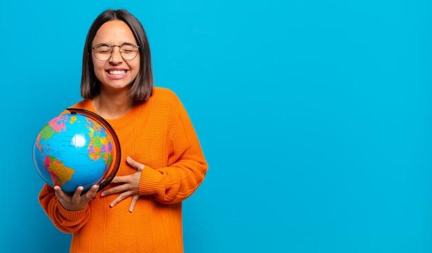 Junge hispanische frau, die laut über einen lustigen witz lacht, sich glücklich und fröhlich fühlt und spaß hat