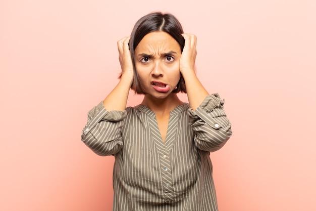 Junge hispanische frau, die sich frustriert und genervt fühlt, krank und müde vom versagen