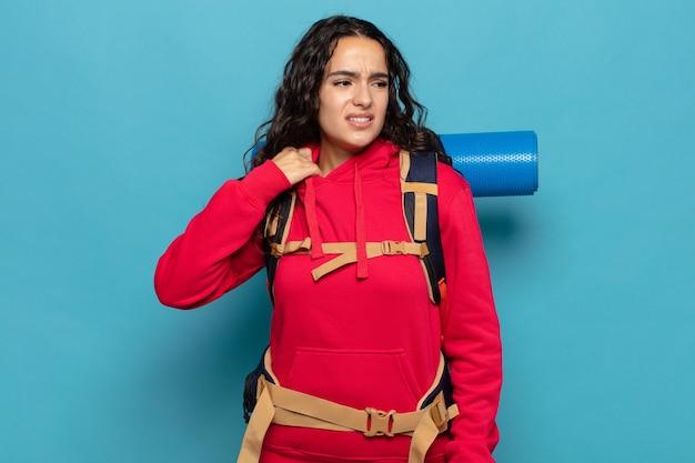 Junge hispanische frau, die sich gestresst, ängstlich, müde und frustriert fühlt, hemdhals zieht und mit problem frustriert aussieht