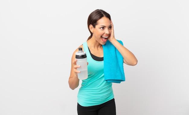 Junge hispanische frau, die sich glücklich, aufgeregt und überrascht fühlt. fitnesskonzept