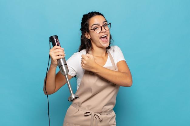 Junge hispanische frau, die sich glücklich, positiv und erfolgreich fühlt, motiviert, wenn sie sich einer herausforderung stellt oder gute ergebnisse feiert