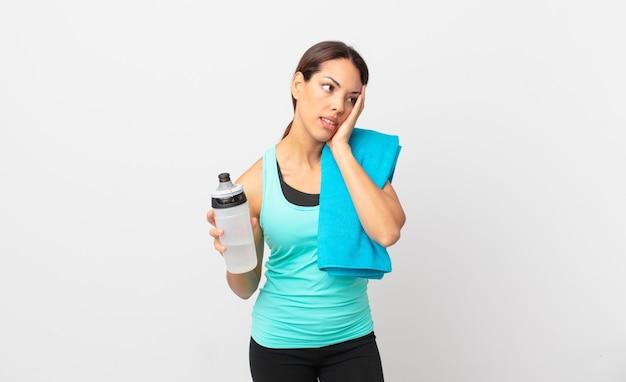 Junge hispanische frau, die sich nach einem ermüdenden gelangweilt, frustriert und schläfrig fühlt. fitnesskonzept