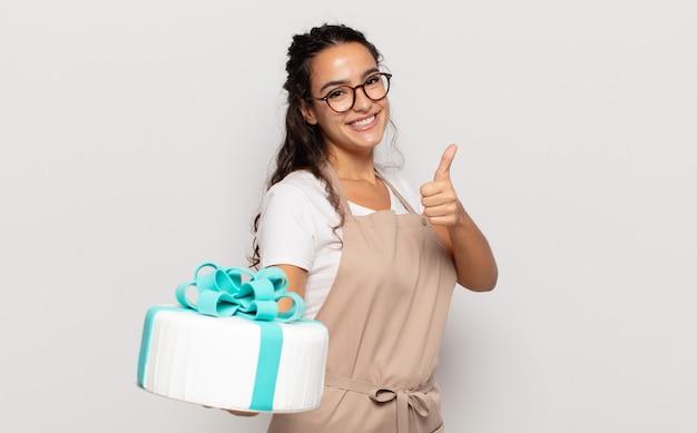 Junge hispanische frau, die stolz, sorglos, selbstbewusst und glücklich fühlt und positiv mit daumen hoch lächelt