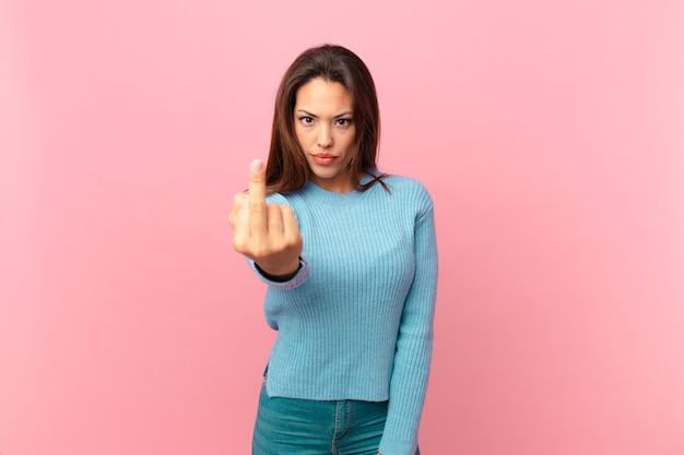 Junge hispanische frau, die wütend, verärgert, rebellisch und aggressiv ist