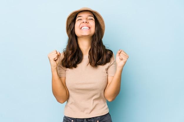 Junge hispanische frau gemischter rasse isoliert, die einen sieg, leidenschaft und begeisterung, glücklichen ausdruck feiert.