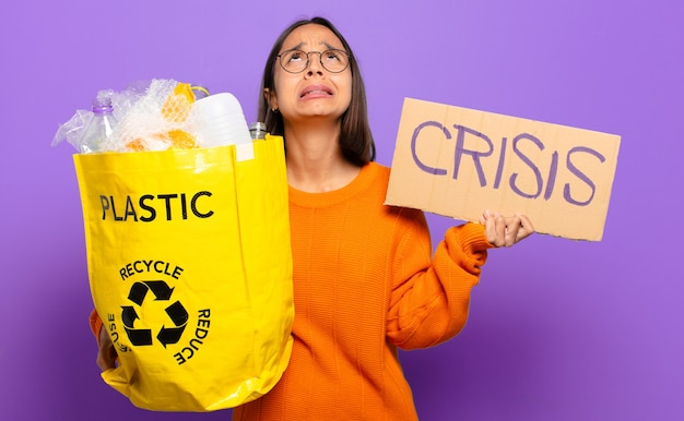 Junge hispanische frau. recycling-konzept