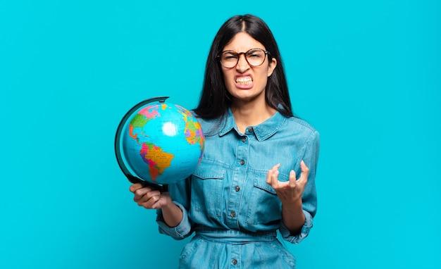 Junge hispanische frau sieht wütend, verärgert und frustriert aus und schreit wtf