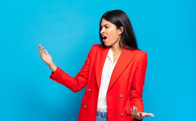 Junge hispanische geschäftsfrau, die oper spielt oder bei einem konzert oder einer show singt, sich romantisch, künstlerisch und leidenschaftlich fühlt