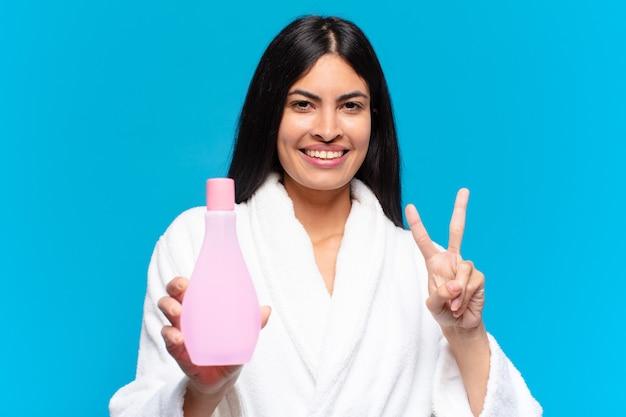 Junge hispanische hübsche frau mit einem sauberen gesichtsprodukt. kosmetisches konzept