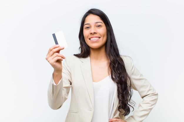 Junge hispanische hübsche frau mit einer kreditkarte