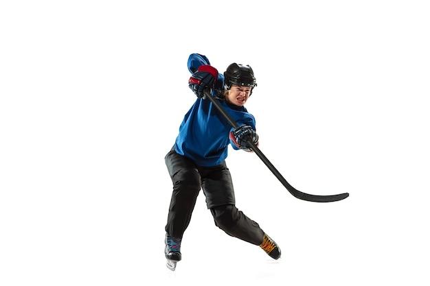 Junge hockeyspielerin mit dem stock auf dem eisplatz
