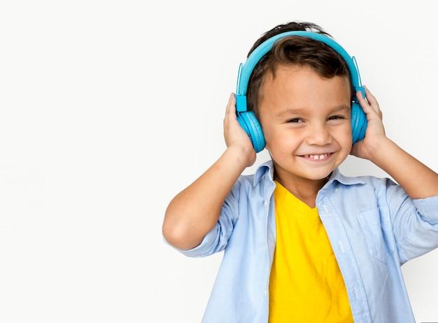 Junge hörendes musik-studio-konzept