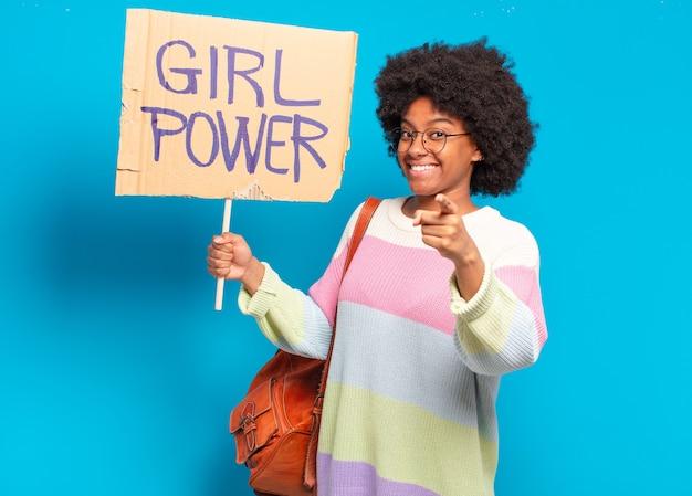 Junge hübsche afro-frauen-frauenpower-konzept