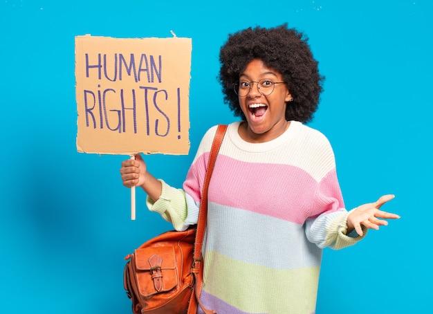 Junge hübsche afrofrau, die mit den menschenrechten protestiert