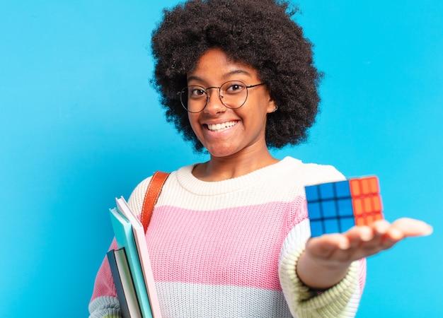 Junge hübsche afrostudentin, die versucht, ein intelligenzproblem zu lösen