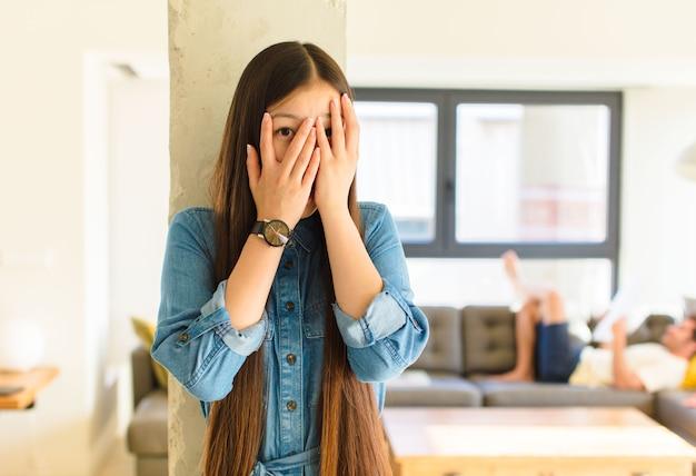 Junge hübsche asiatische frau, die angst oder verlegen fühlt