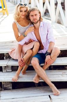 Junge hübsche blonde frau und hübscher mann umarmen sich im freien und haben eine tolle zeit bei ihrem romantischen date
