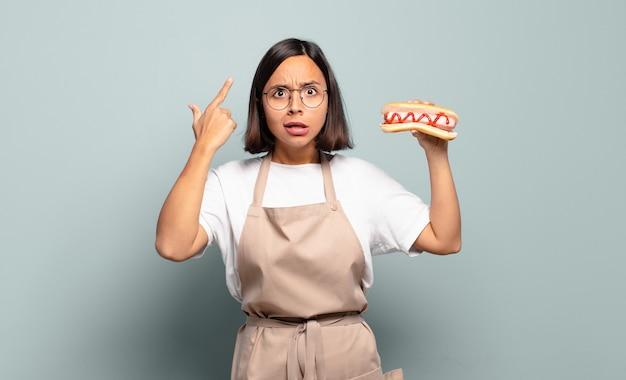 Junge hübsche cheffrau. fast-food-konzept