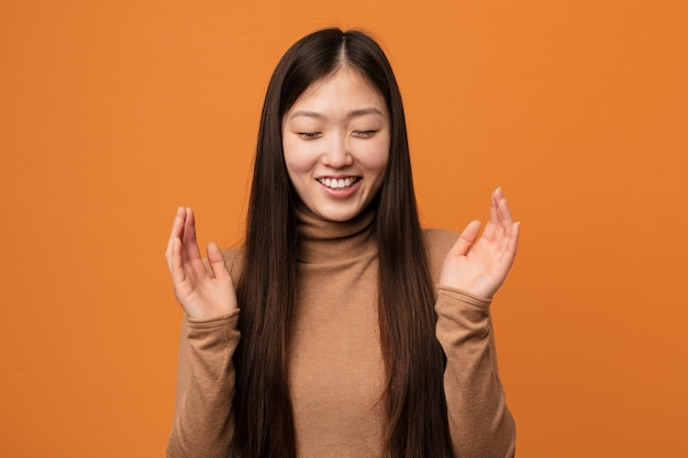 Junge hübsche chinesische frau froh viel zu lachen. glück-konzept.