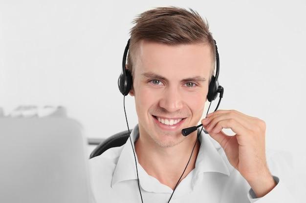 Junge hübsche dispatcher der technischen unterstützung arbeiten, nahaufnahme