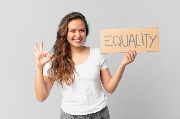 Junge hübsche frau, die eine gleichheitsfahne hält