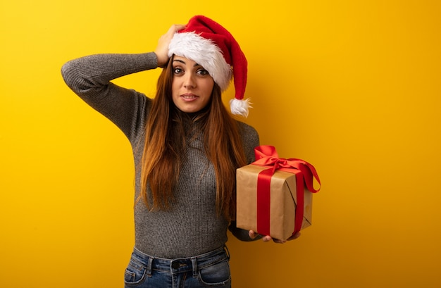 Junge hübsche frau, die geschenk besorgt und überwältigt hält
