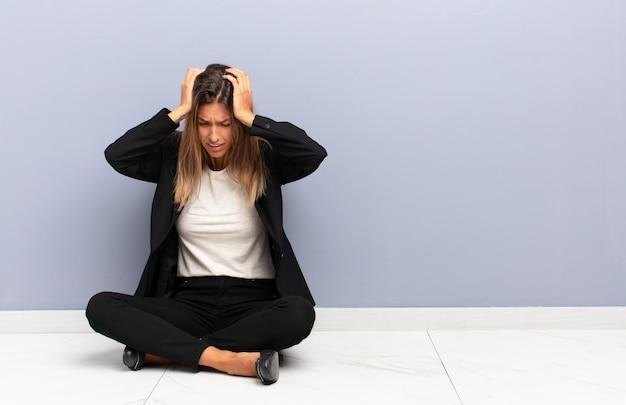 Junge hübsche frau, die gestresst und frustriert fühlt