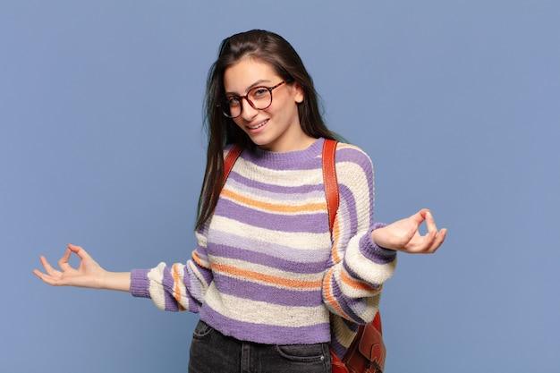 Junge hübsche frau, die glücklich, arrogant, stolz und selbstzufrieden aussieht und sich wie eine nummer eins fühlt. studentisches konzept