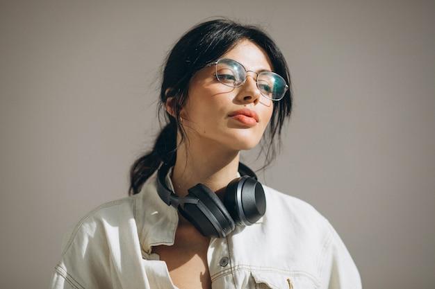Junge hübsche frau, die musik auf drahtlosen kopfhörern hört