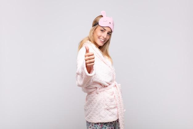 Junge hübsche frau, die pyjamas trägt