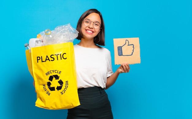 Junge hübsche frau, die recycling-tasche mit ähnlichem symbol hält