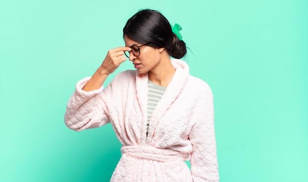 Junge hübsche frau, die sich gestresst, unglücklich und frustriert fühlt, die stirn berührt und unter migräne mit starken kopfschmerzen leidet