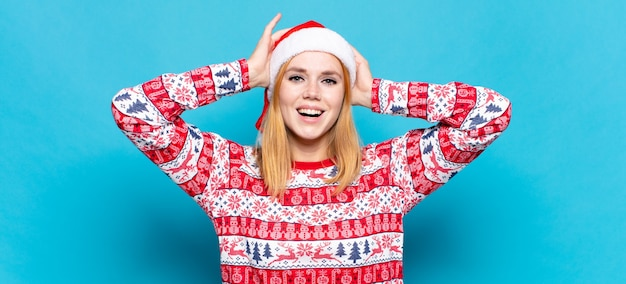 Junge hübsche frau, die weihnachtskleidung trägt