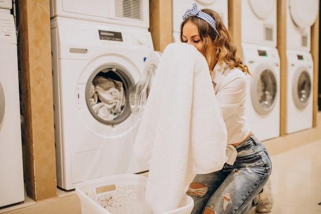 Junge hübsche frau in einem waschsalon