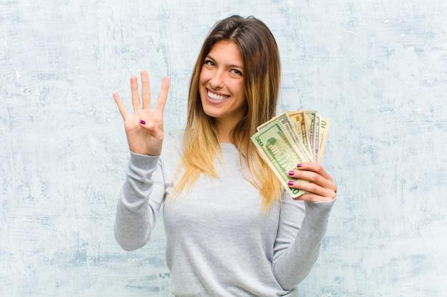Junge hübsche frau mit banknoten
