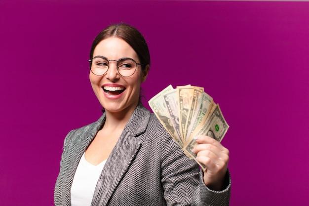 Junge hübsche frau mit dollarbanknoten