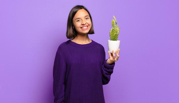 Junge hübsche frau mit einem kaktus