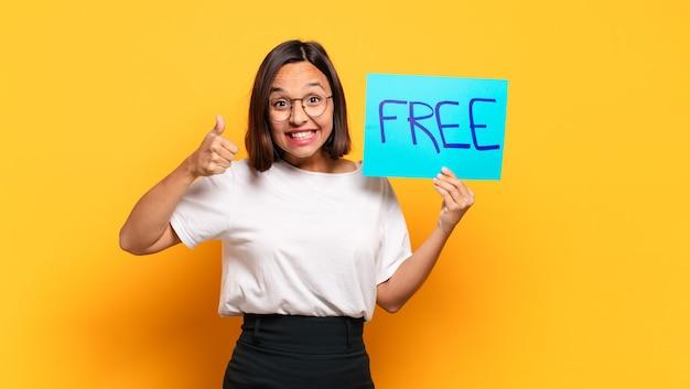 Junge hübsche frau mit einem kostenlosen banner