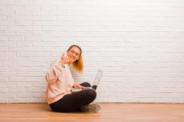 Junge hübsche frau mit einem laptop