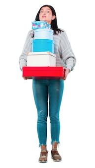Junge hübsche frau mit geschenkboxkonzept
