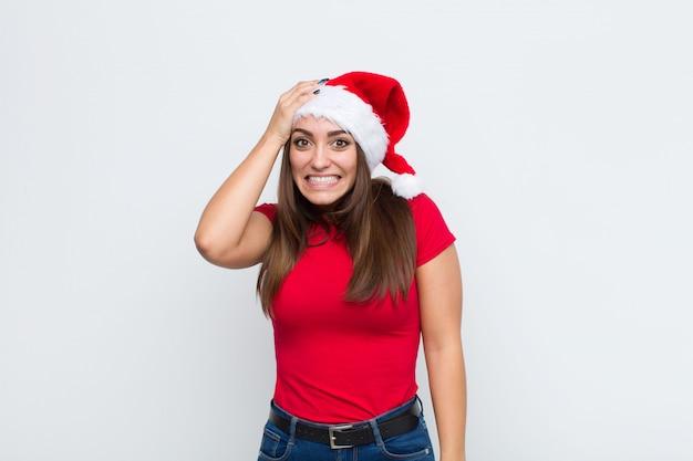 Junge hübsche frau mit sankt-hut. weihnachtskonzept.