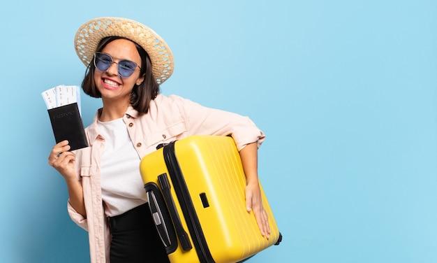 Junge hübsche frau. reise- oder urlaubskonzept