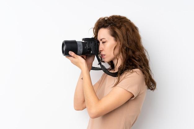 Junge hübsche frau vorbei lokalisiert mit einer berufskamera