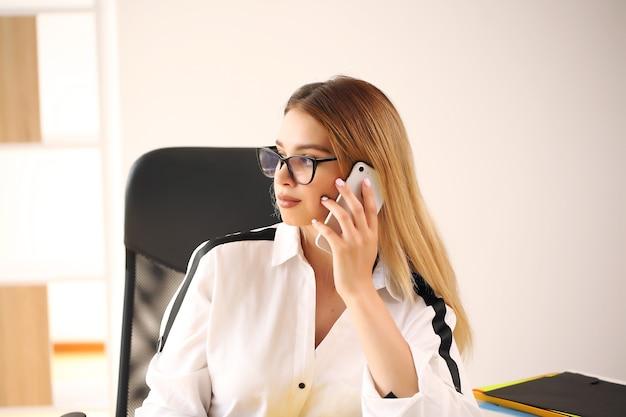 Junge hübsche geschäftsfrau im büro