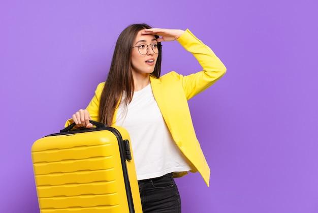 Junge hübsche geschäftsfrau mit einem koffer
