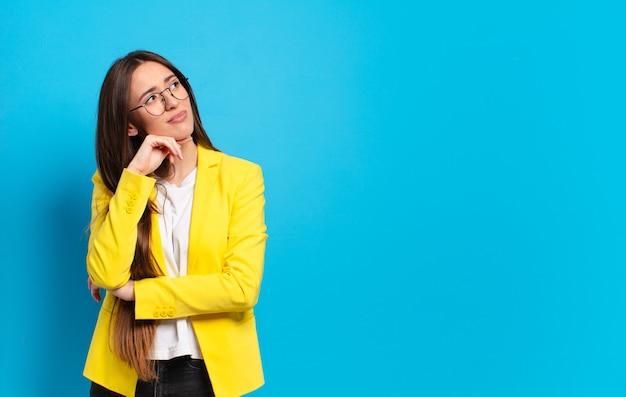 Junge hübsche geschäftsfrau mit gelber jacke
